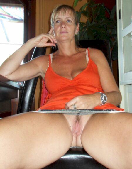 Belle femme coquine qui est intéressée par un plan sexe