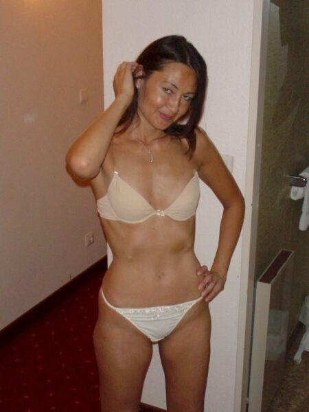 Femme libertine asiatique dominatrice pour gars obéissant